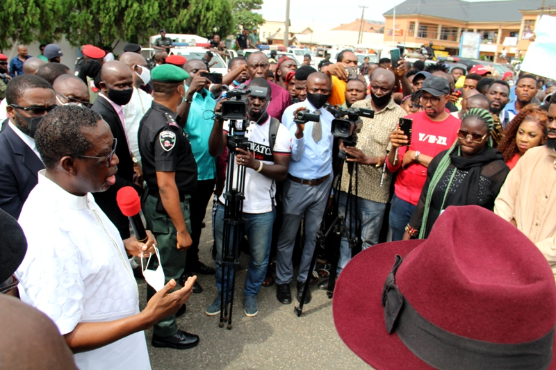 Delta Governor, Senator Dr. Ifeanyi Okowa (left), addressing #End SARS protesters in Government House gate, Asaba.